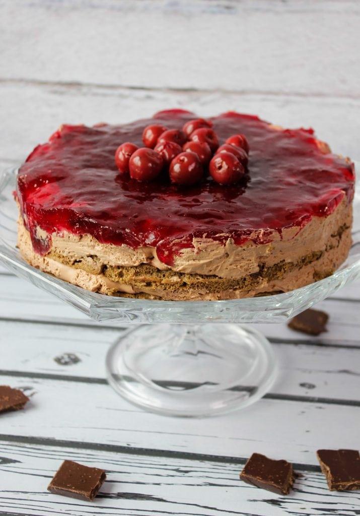 czekoladowe ciasto z wiśniami i galaretką
