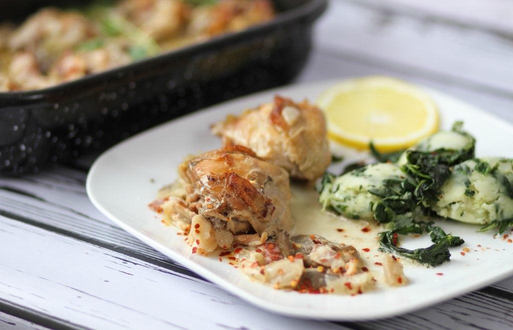 Pieczone podudzia kurczaka z boczkiem i grzybami