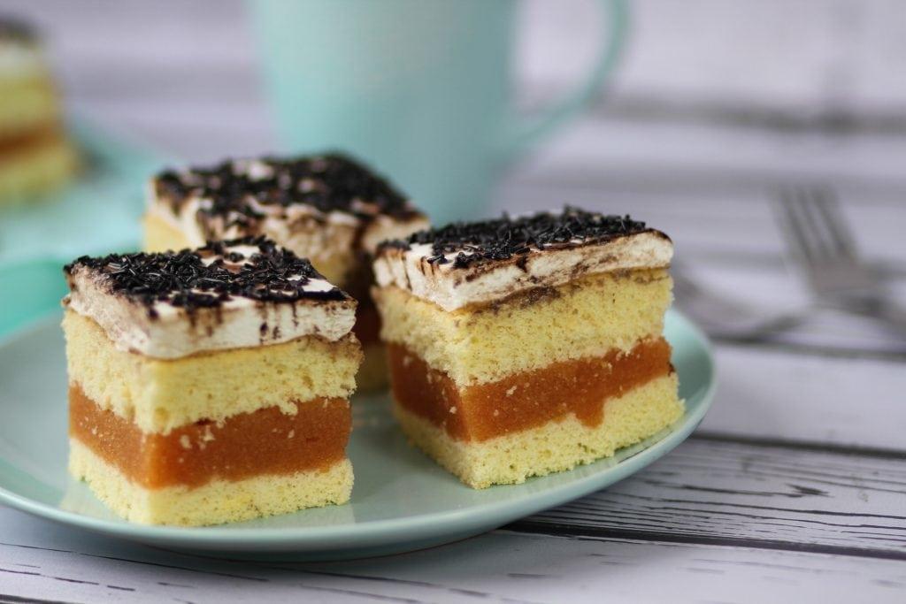Ciasto biszkoptowe z jabłkami i pianką