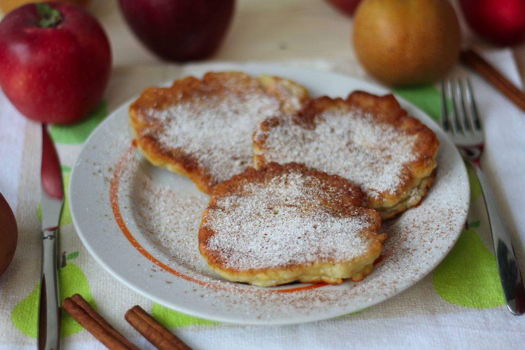 Racuchy z jabłkiem i cukrem pudrem