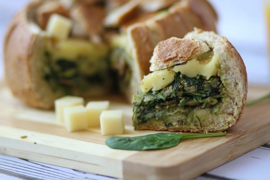 Serowy chleb ze szpinakiem