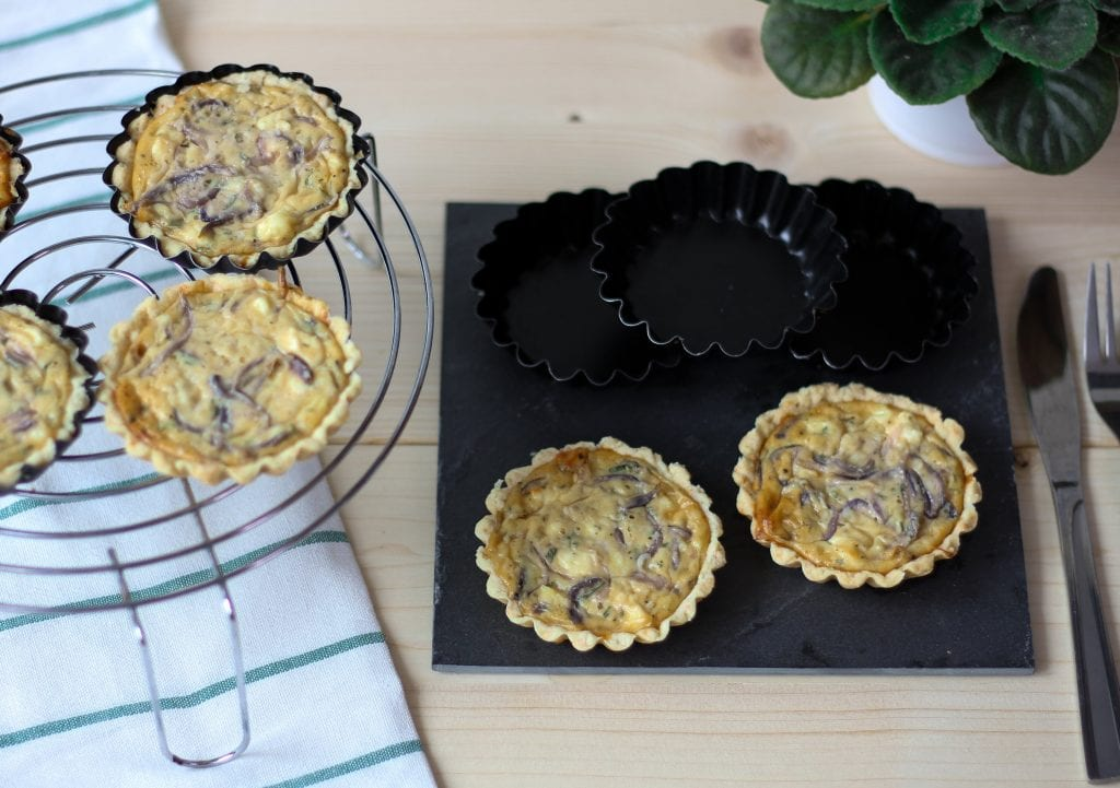 Mini tarty z serem feta i cebulą