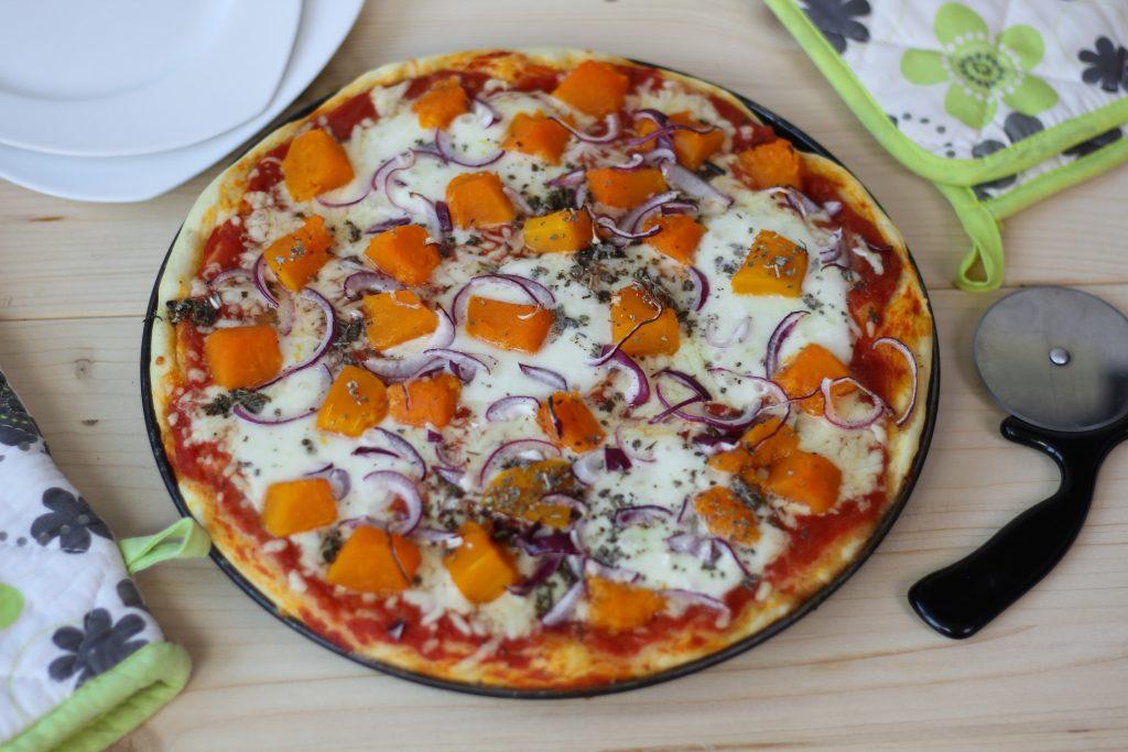 Pizza z dynią i czerwoną cebulą