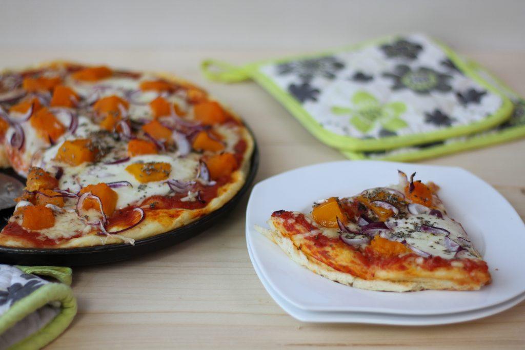 Pizza z dynią z czerwoną cebulą