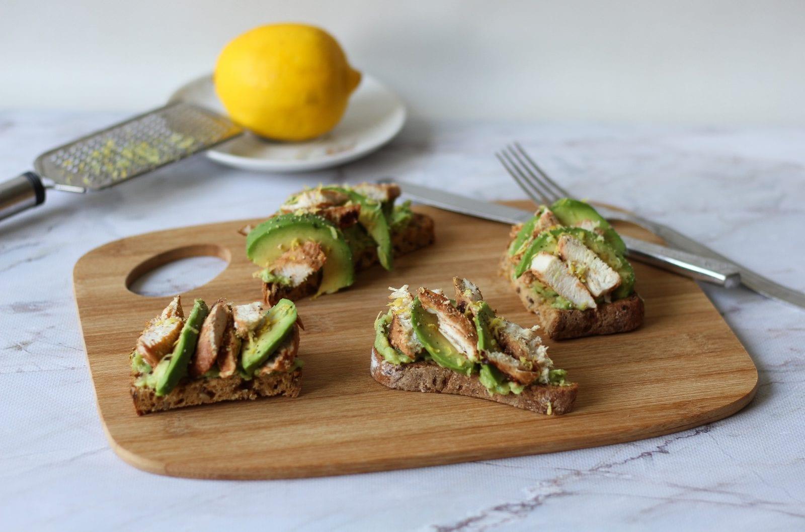 Mini tosty z awokado i kurczaka
