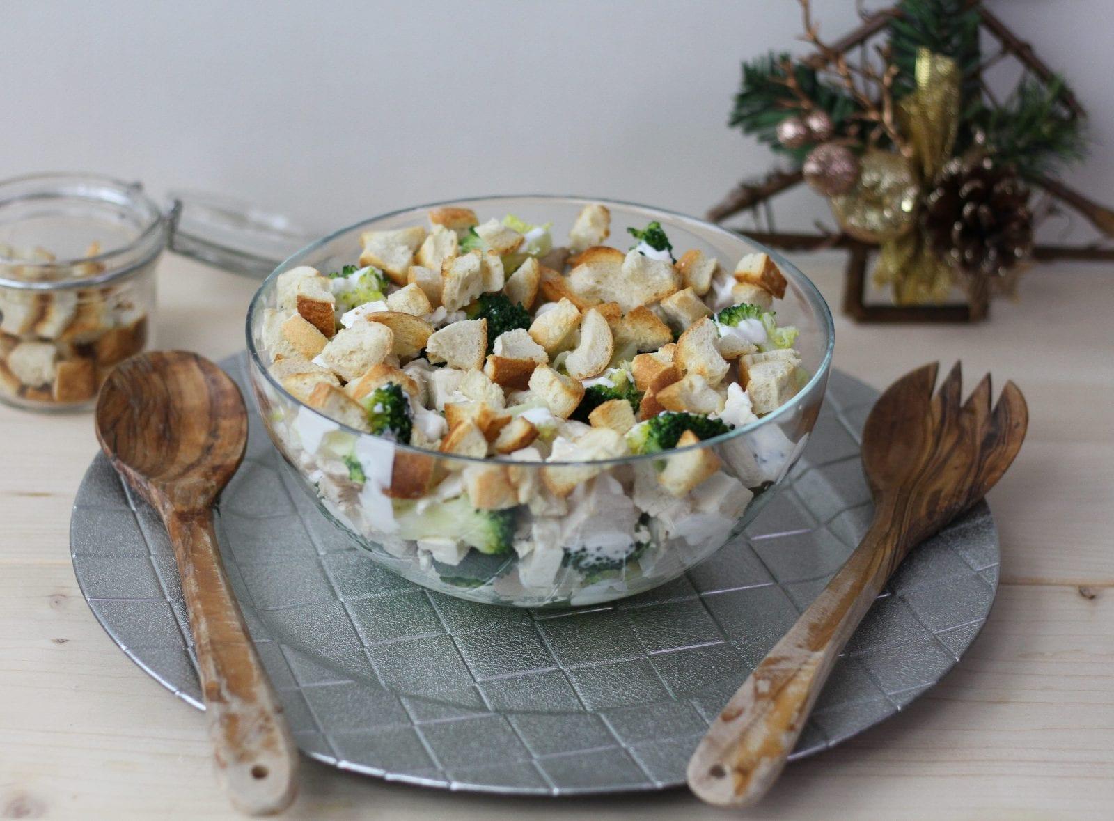 Sałatka z indyka z brokułem i grzankami