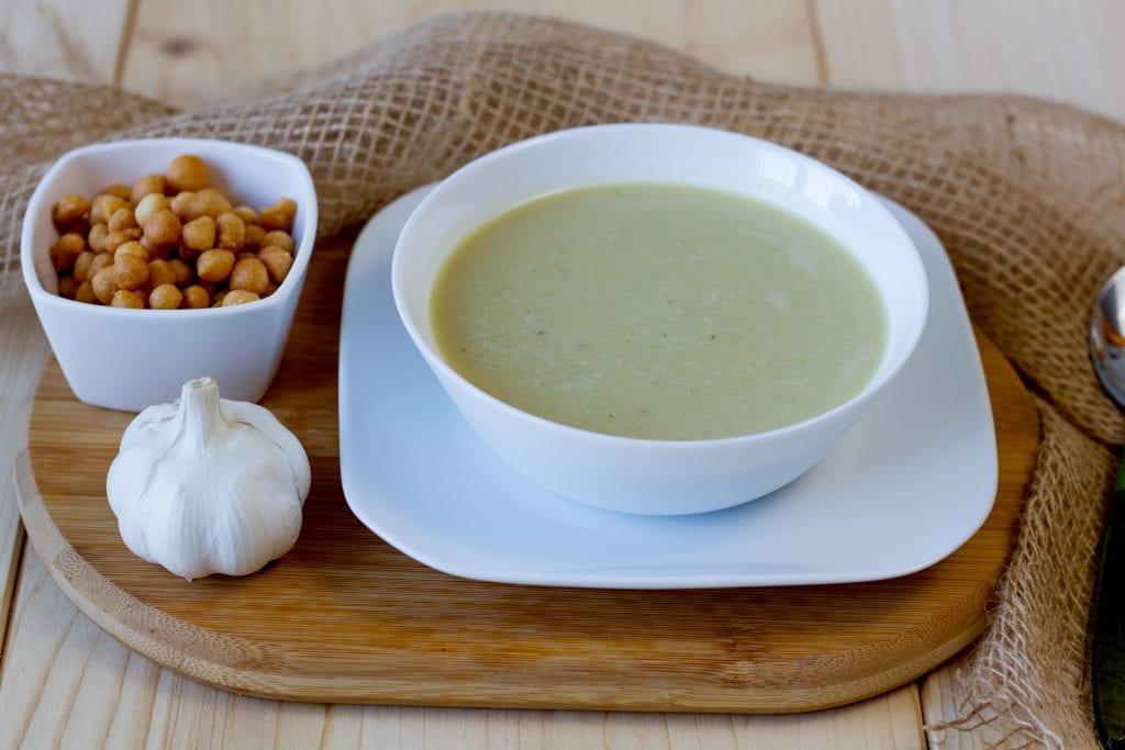 zupa z czosnkiem i groszkiem ptysiowym