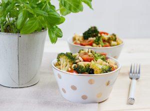 Sałatka makaronowa z brokułem, pesto i pomidorkami
