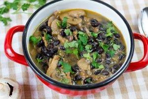 Gulasz wegański z czarnej fasoli i pieczarek