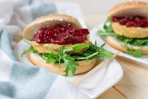 Burger z ciecierzycy z sosem śliwkowym