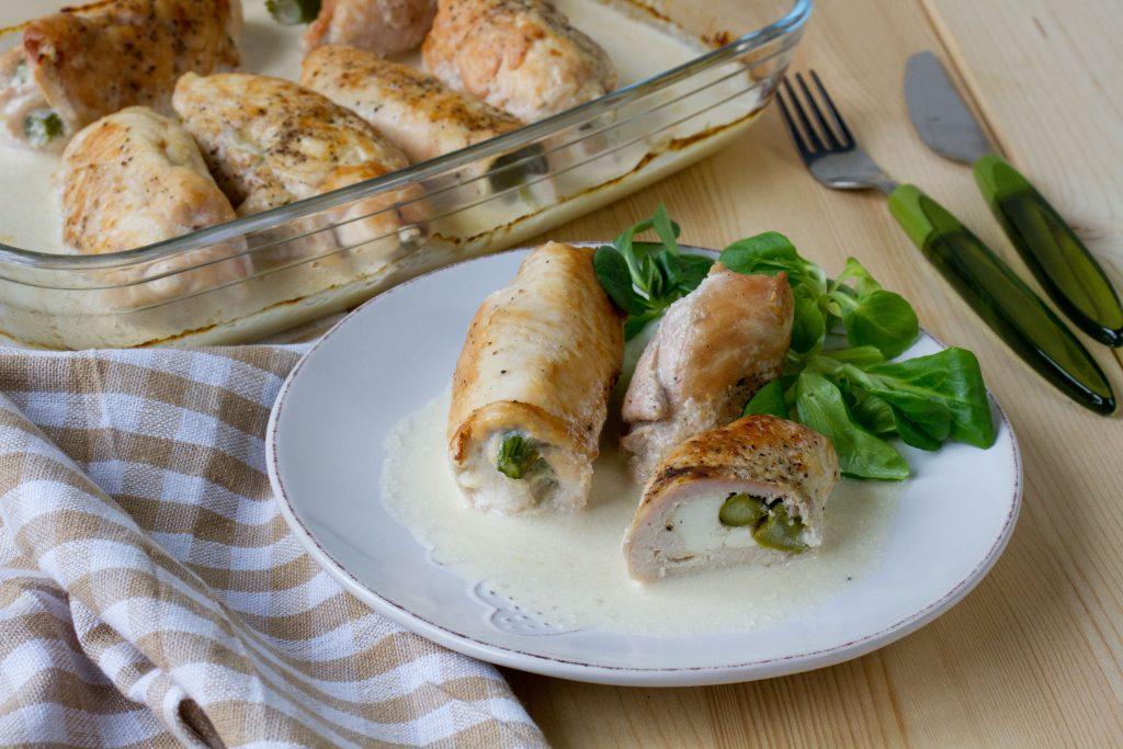 Roladki z kurczaka z fetą i szparagami