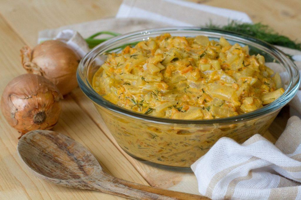 Kalarepa w kremowym sosie śmietanowym z marchewką