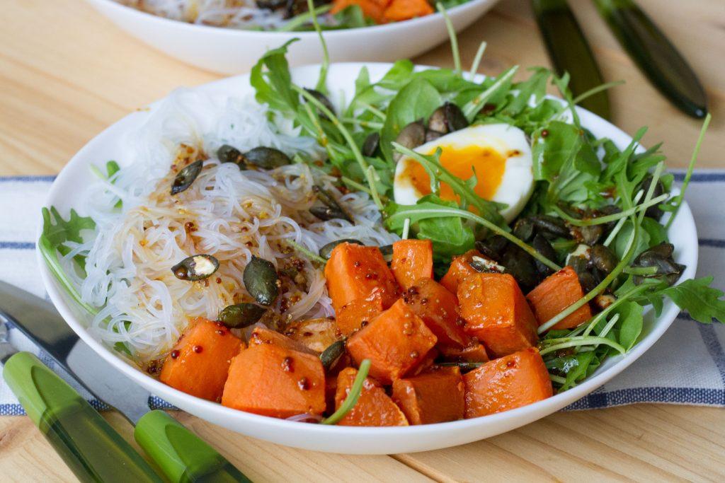 Sałatka ze słodkich ziemniaków z makaronem ryżowym, jajkiem i rukolą.