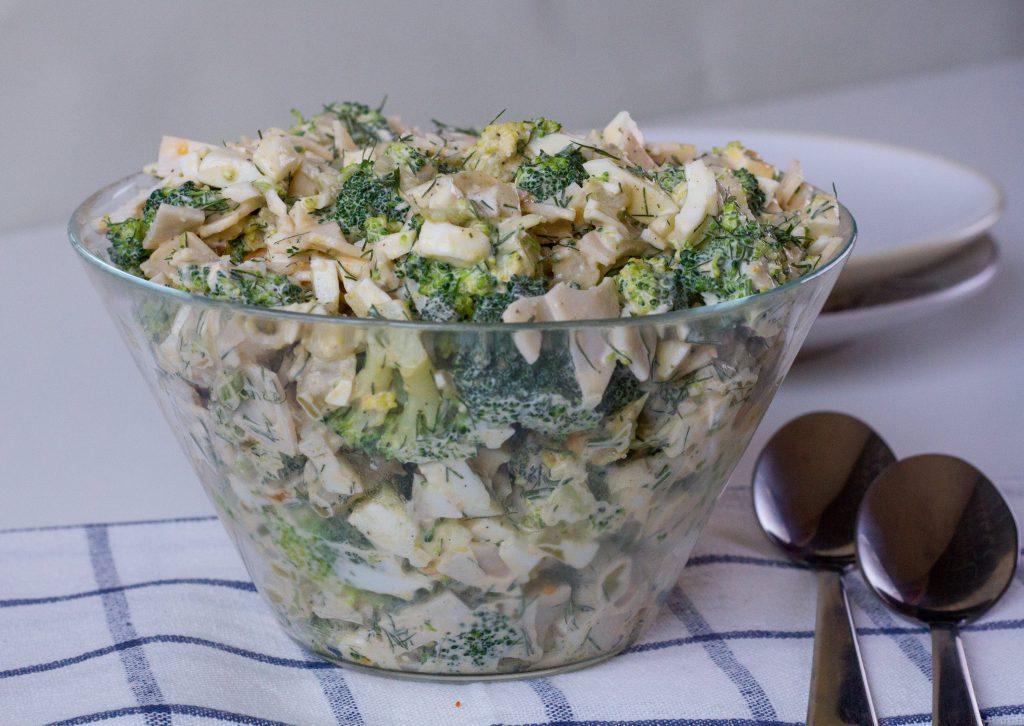 Sałatka brokułowa z szynką i jajkiem