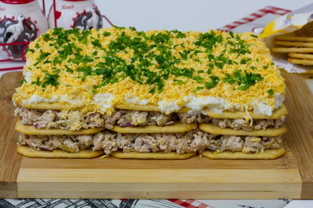 Sałatka warstwowa z kurczakiem, jajkiem, cebulą i ogórkiem kiszonym.