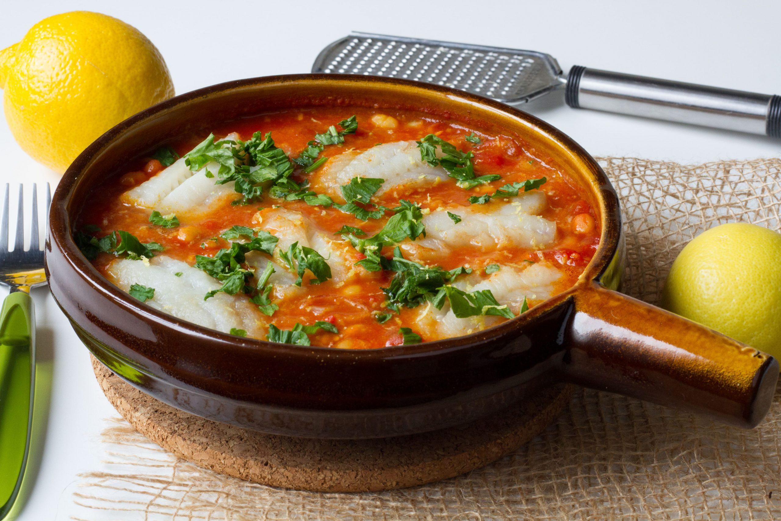 Polędwiczki z mintaja w sosie pomidorowym