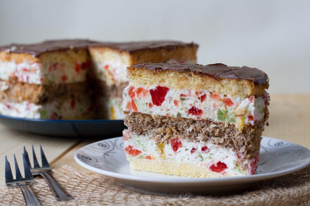 Biszkopt i ciasto orzechowe z galaretką