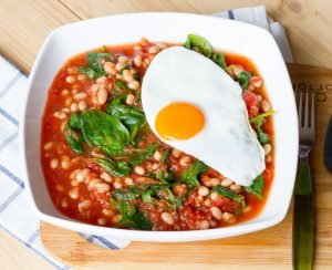 Fasolka w sosie pomidorowym ze szpinakiem