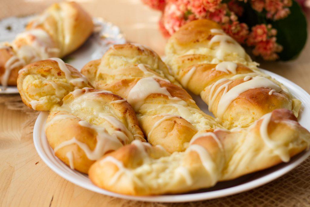 Słodkie bułki z serem i lukrem