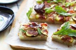 Pizza bezglutenowa z szynką parmeńską i figami