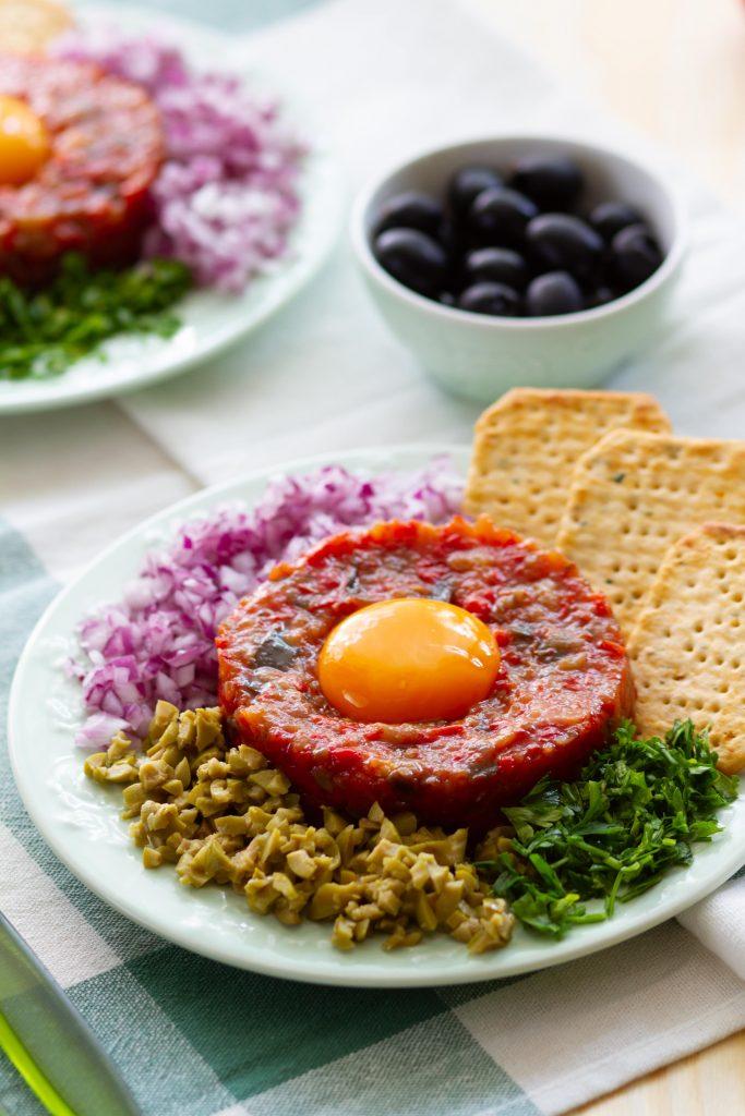 Tatar z pieczonego bakłażana, pomidorów i papryki