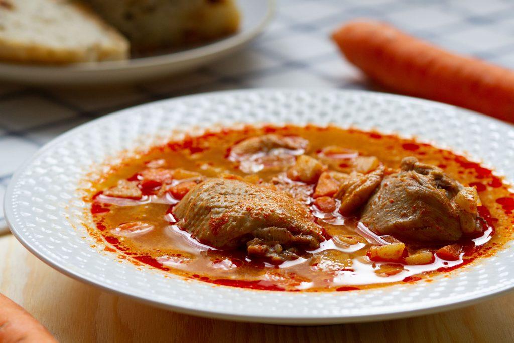 Węgierska zupa z kurczaka z papryką