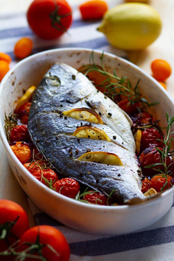 Ryba pieczona z pomidorami i i cytryną