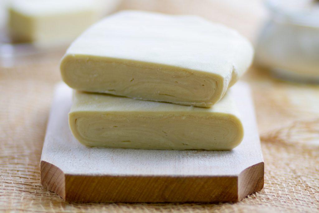 Ciasto francuskie z zimnym masłem i mąką