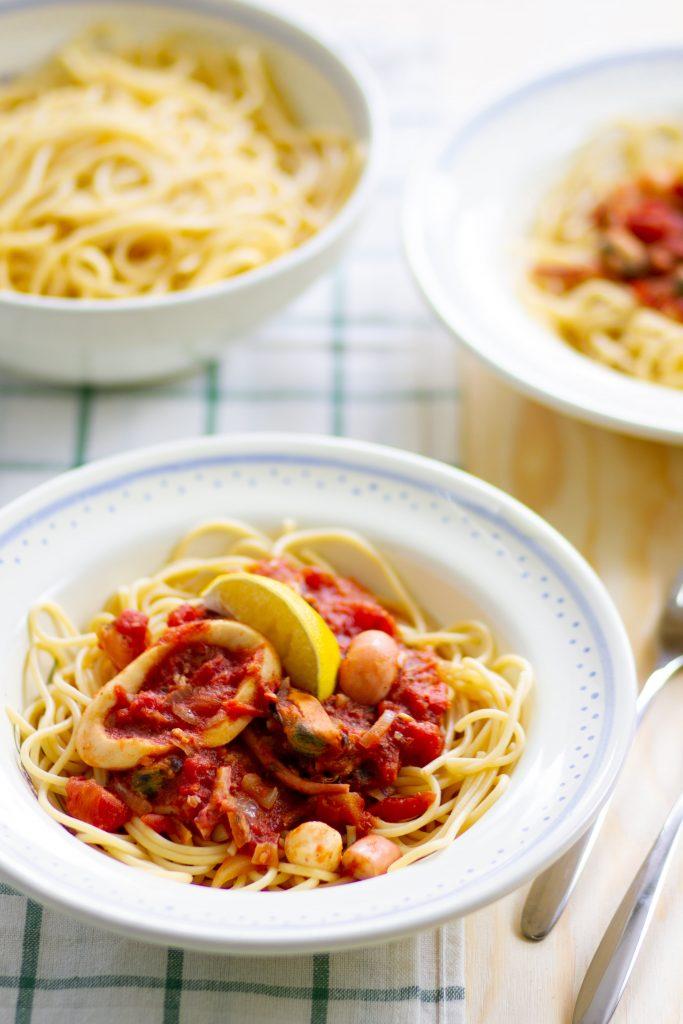 Spaghetti z pomidorami i owocami morza