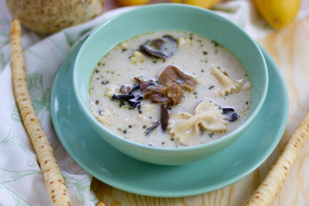 Zupa z grzybami i makaronem